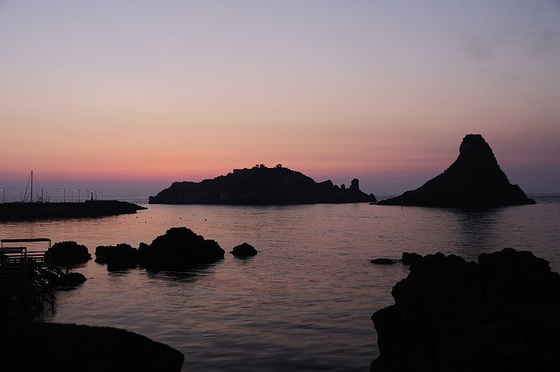 800px-Islands_of_the_Cyclops_at_Dawn_Sicily_Italy_-_Creative_Commons_by_gnuckx