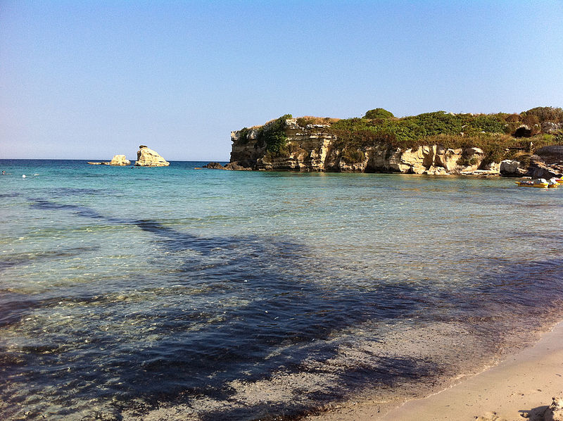 Sea_beach_at_summer_in_Fontane_Bianche,_Sicily